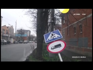 Самое смешное автовидео, ДТП на 1 апреля, пешеход vs знак.mp4