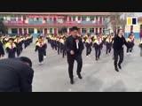 В Китайской школе детей учат шафлу в перемены (VHS Video)