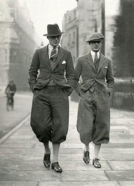 На фото пара модных студентов-магистров из Кембриджского университета.