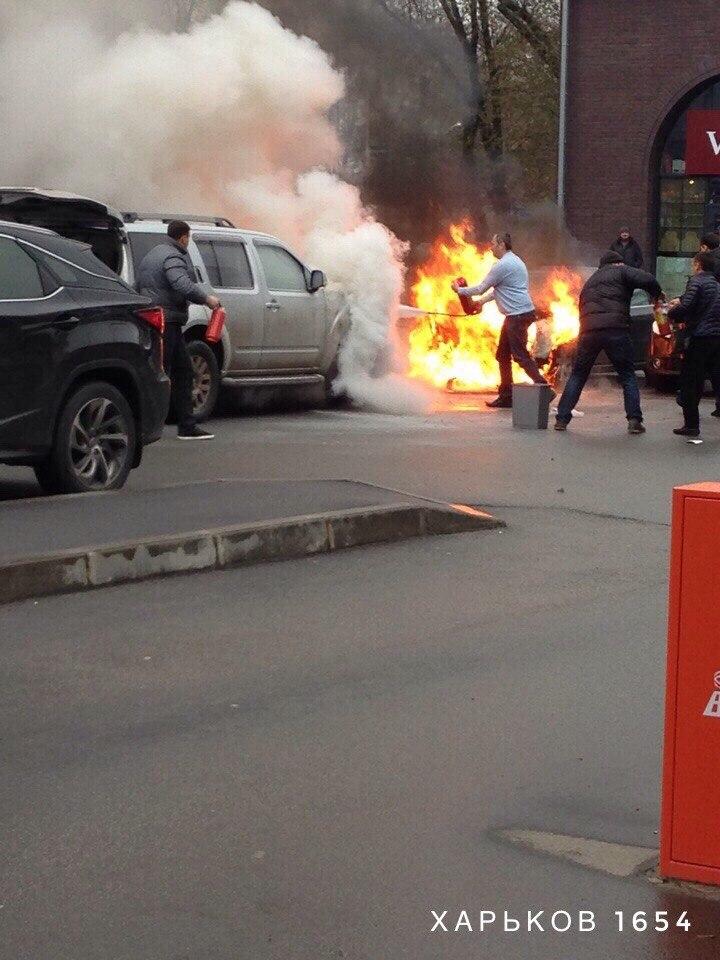 У центрі Харкова палають дві іномарки (ФОТО) - фото 3