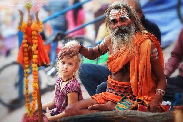 Благословение от садху — индийского святого-отшельника в Варанаси, легендарном «городе мертвых», Индия