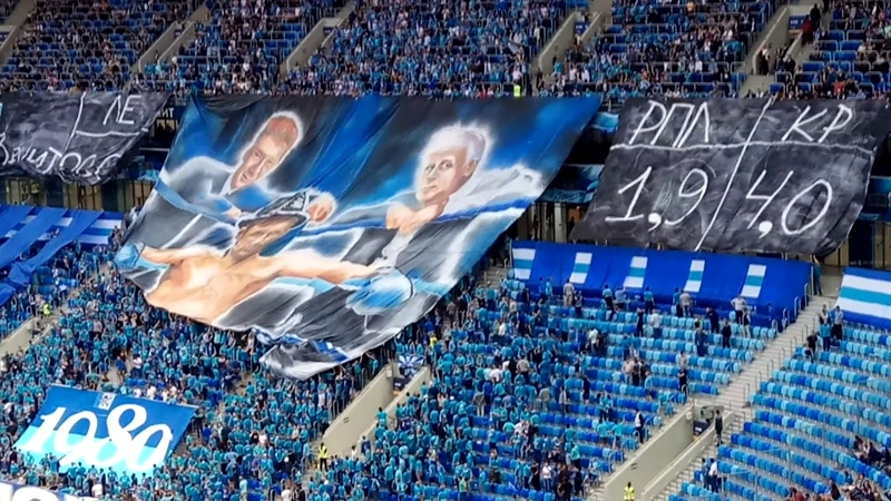 Перфоманс фанатов Зенита: в синем углу ринга боксёр Семак с секундантами Фурсенко и Миллером