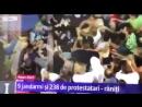 В ответ на разгон, протестующие в Бухаресте отлавливают полицейских по одному и отбирают у них оружие. Свободные люди. Не рабы!