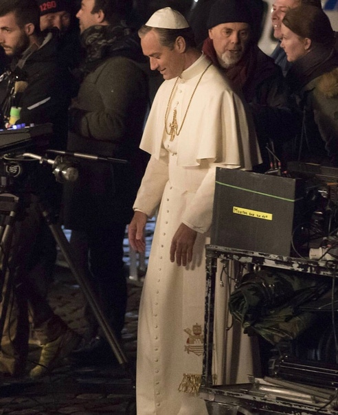 Джуд Лоу на фото со съёмок спин-оффа «Молодого Папы» В Сеть просочились свежие фотографии о съёмок мини-сериала HBO «Новый Папа» своеобразного ответвления «Молодого Папы» с участием Джуда Лоу.