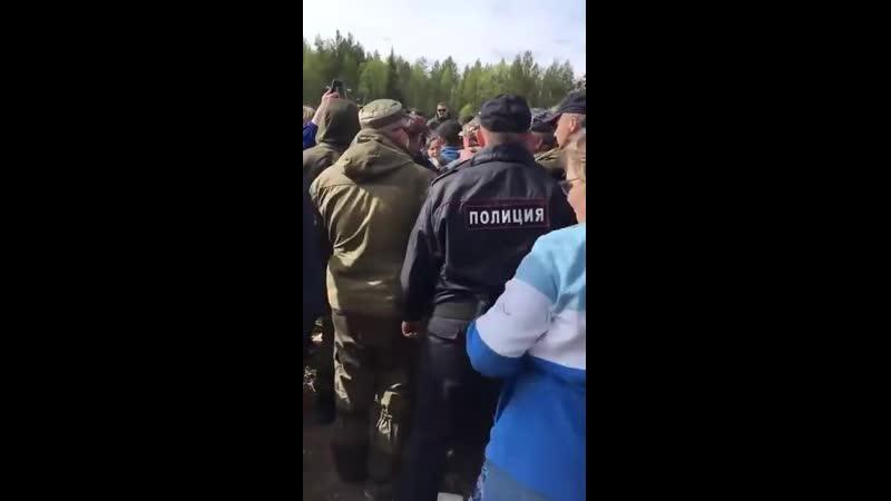 Шиес Полицейский хватается за кобуру