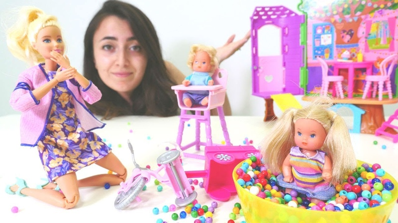 Barbie ve Sevcan oyun videoları. Barbie kreş öğretmeni oluyor
