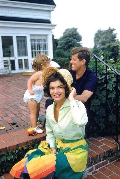 Семейное фото Кеннеди: Джеки, Джон и Керолайн.