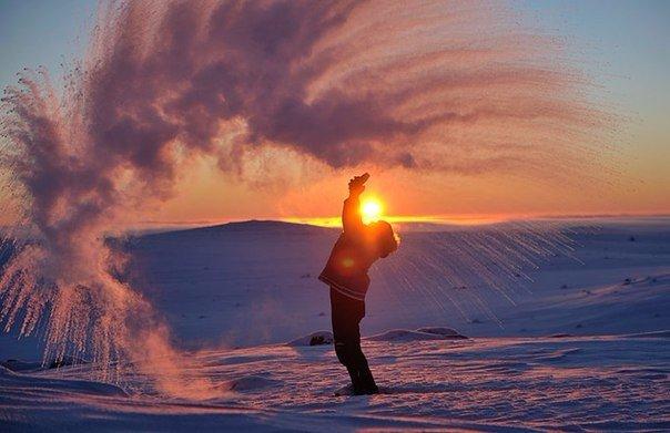 Вот что случится, если пролить горячий чай у полярного круга при температуре в 40 градусов ниже нуля Наука говорит нам, что горячая вода при низких температурах превращается в облако ледяных
