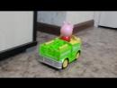 Машинка с героем из мультика Свинка Пеппа при врезании в препятствие разворачивается и едет дальше. Играет мелодия, звуки движ
