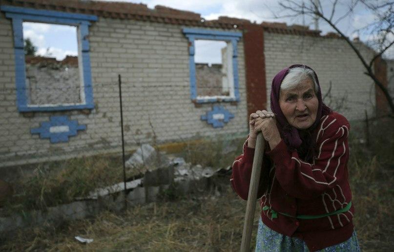 83-летняя Евгения Цебенко из поселка Семеновка у своего разрушенного дома