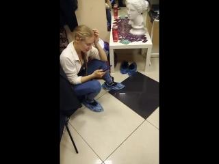 молоденькой блондинке больно, но она очень хочет сделать это)