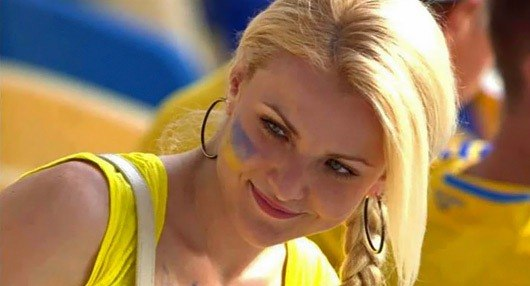 Білява українка вболіває за збірну
