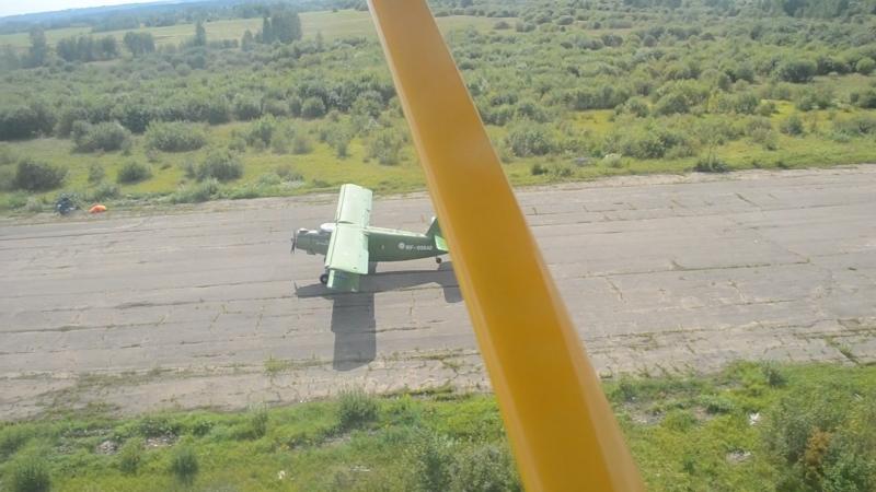 посадка самолета AН-2 reg. № RF-00640 (вид из кабины пилота самолета Aeroprakt A-22, Боровичи, аэродром Волгино, 18.08.2018)