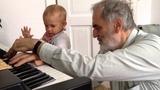 mit Opa Helmut am Klavier