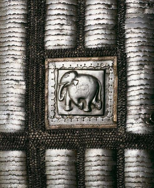 Музейный экспонат: Бахтерцовый доспех для боевого слона, Индия, 1600 г.
