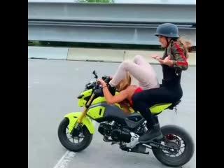девушки исполняют трюк на мотоцикле.mp4