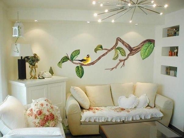 Небольшая гостиная с оригинальной композицией на стене...