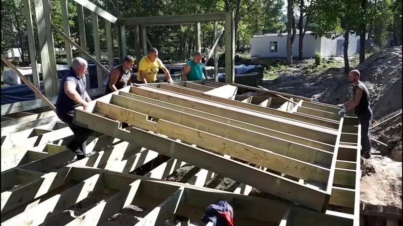 Монтаж щитов деревянного каркаса дома MP4