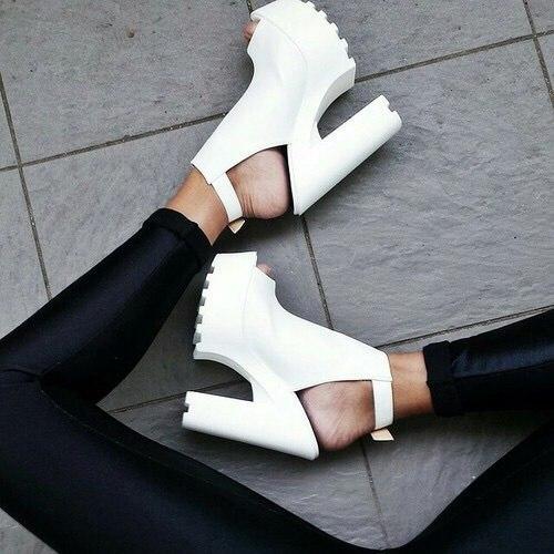 Босоножки на толстом каблуке -