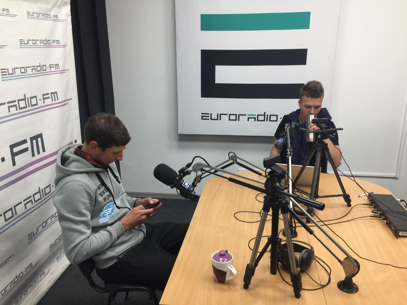 Минск и встреча с друзьями WorldBambooTrip. Санек (слева) в эфире радиостанции