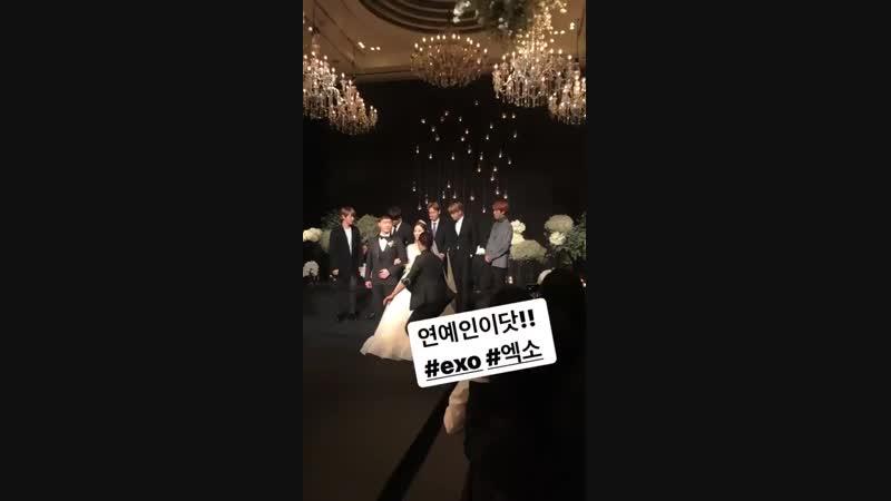 когда надо фоткаться а Сехун и Кай все еще жуют еду тот момент когда приехали на свадьбу чтобы пожрать XD