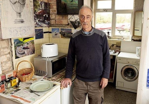 62-летний инженер с поехавшим чердаком живет с 9 секс-куклами 62-летний британский инженер Эверард Кунион живет с девятью секс-куклами, считая их членами своей семьи: женами, сестрами и