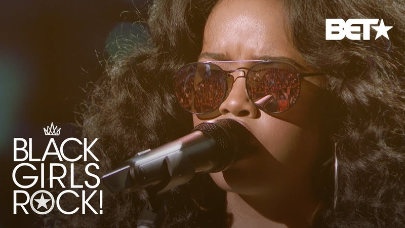 """H.E.R. Performs """"Make It Rain"""" With Soulful Vocals of All-Black Girl Choir   Black Girls Rock 2018"""