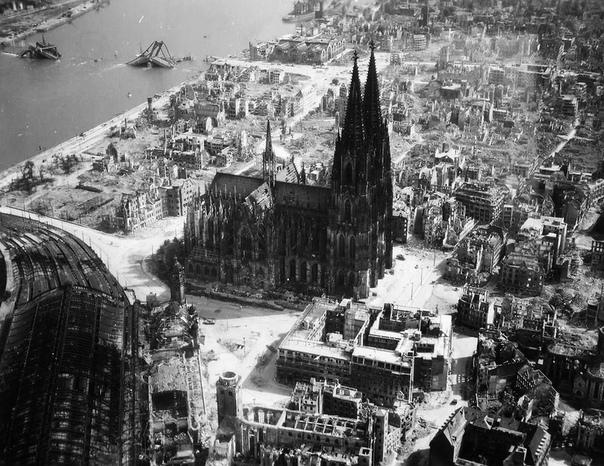 Римско-католический готический собор в Кёльне, высотой 157 метров (1945 год)