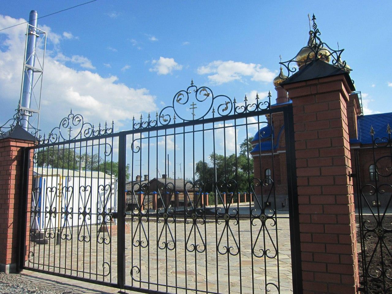 Ворота симпатичные... но закрытые :( (03.07.2014)