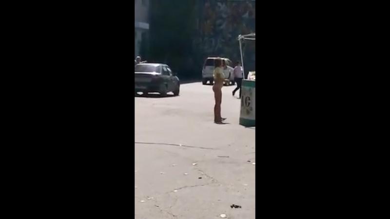 Голая девушка на улице шлепает себя по заднице