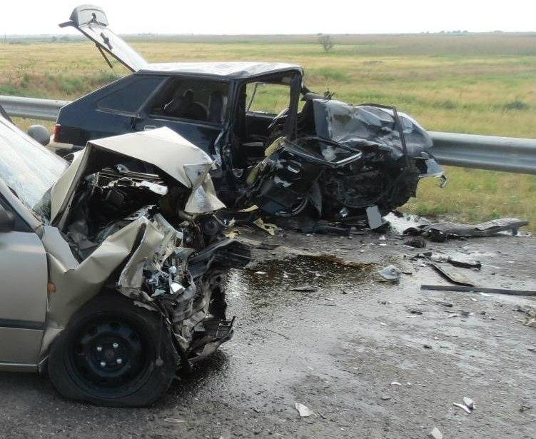 На донской трассе лоб в лоб столкнулись «ВАЗ-21144» и Hyundai Accent, пострадали два человека