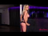 Alexa Grace сексуальная молодая блондинка с классными упругими дойками раздевается, большие сиськи секс жопа