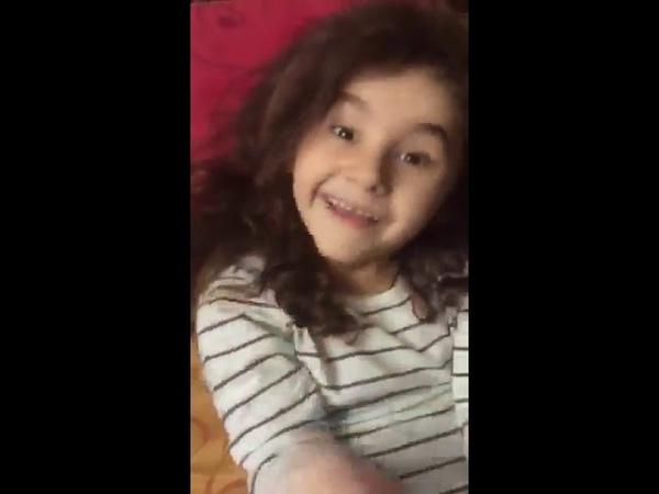პატარა გოგონას ემოციურად შესრულებული ი43