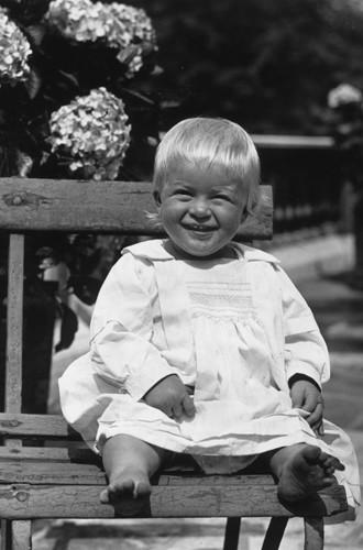 Молодой принц Филипп: история в фотографиях. Редкие фото супруга Елизаветы II. Часть 1 Мы привыкли видеть в нем седого старца, неизменно сопровождающего Елизавету II, на шаг позади нее. Но