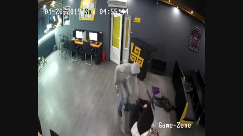 Ограбление букмекерской конторы в Алматы попало на видео