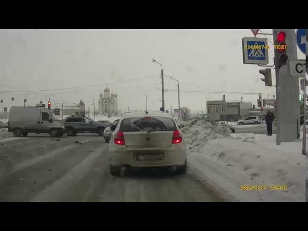 ДТП Газель решила не останавливаться на светофоре и проехать на пролом.