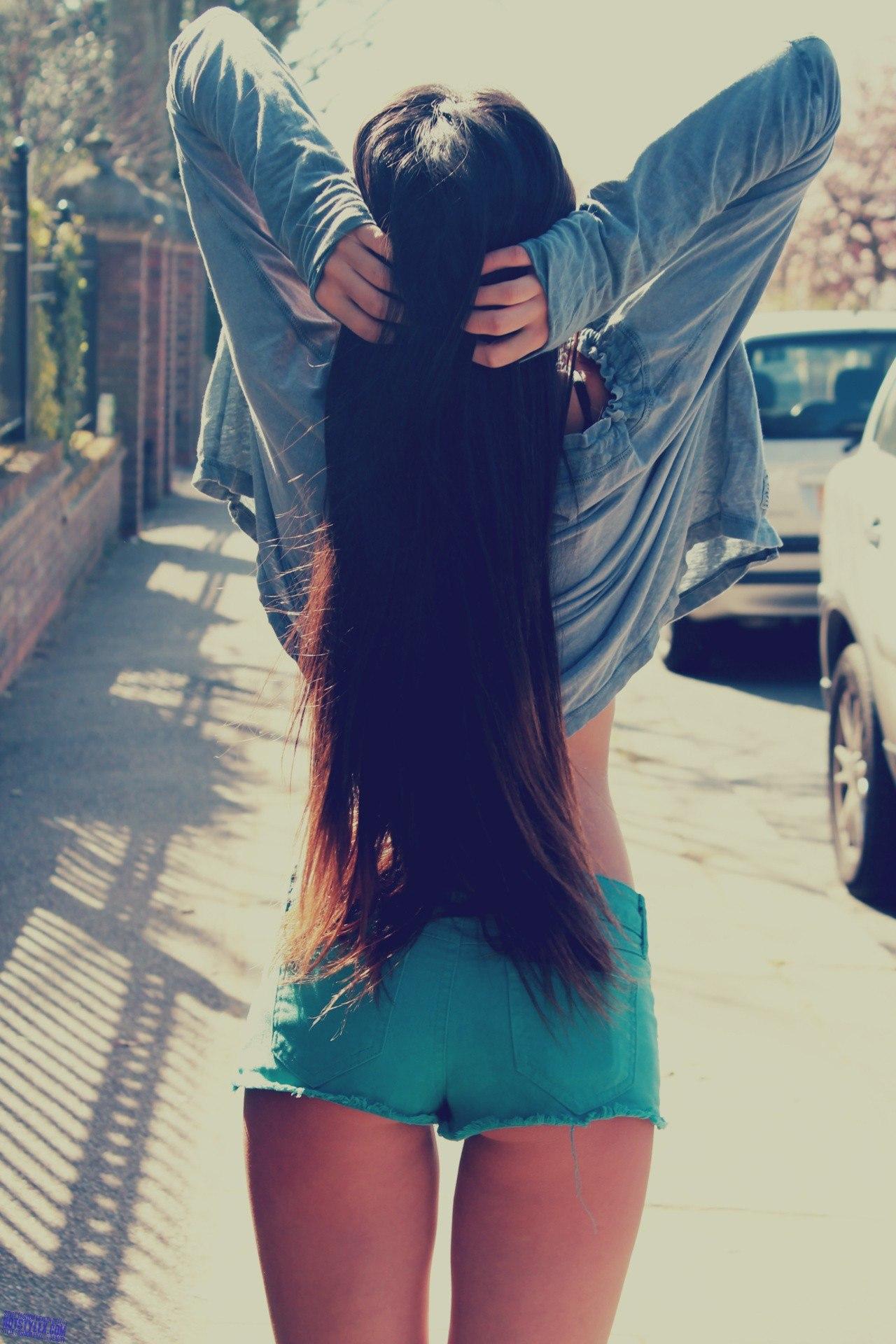 Фото девушки брюнетки с длинными волосами без лица