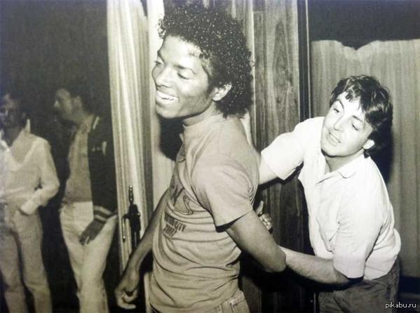 Подборка фотографий с Майклом Джексоном и Полом Маккартни. США, 1980-е годы. В 1985 году права на все песни The Beatles перешли Майклу Джексону. Джексон выкупил большую часть акций компании ATV