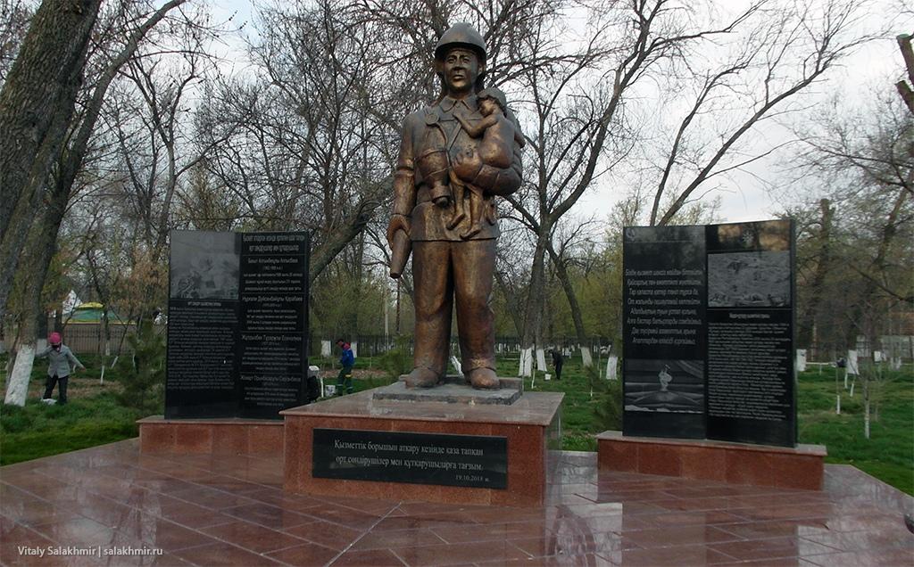 Памятник в Парке Абая, Шымкент 2019