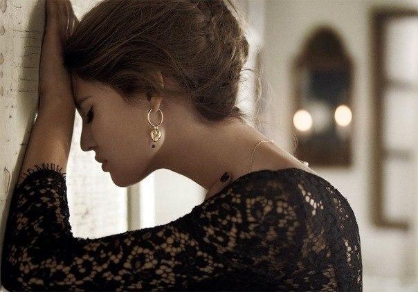 Молчи... И не надо.Кричать... Никогда ни кого ни о чем умолять... Просто плечи расправь и уйди в тишину... И тот кто любит тебя не оставит одну.