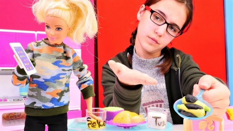 Barbie oyunları. Barbie alışverişe dalıyor yemeği unutuyor.