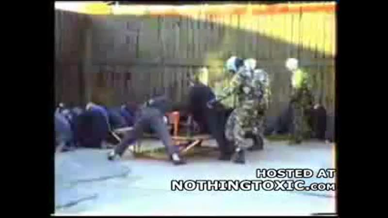 менты издеваются над заключенными