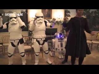 """Барак Обама, Мишель Обама и штурмовики танцуют под """"Uptown Funk"""""""