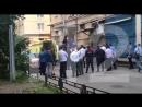 Из квартиры выносят тело мужчины открывшего стрельбу по полицейским в Санкт Петербурге