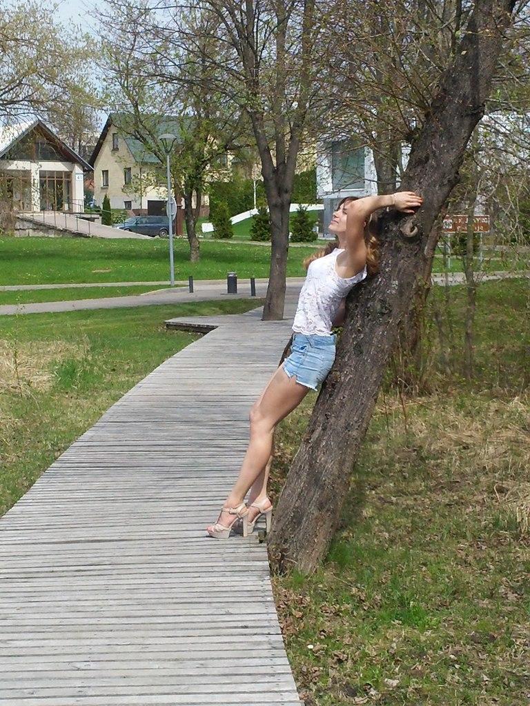 Ekaterina Nikisheva and a tree  │ Image Source: Katerina Nikisheva