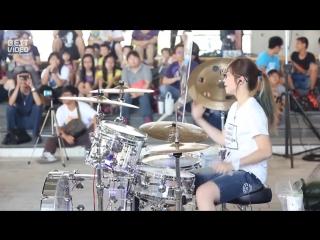 Девушка круто играет на ударных