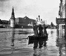 На лодке по Красной Площади. Самое большое наводнение за всю историю Москвы. Апрель 1908 г.