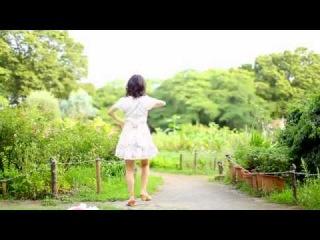 Очаровательная японочка танцует.