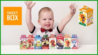 Лёня открывает свит боксы с игрушками из мультиков и мармеладками