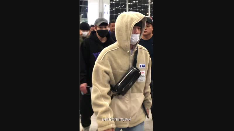 [FANCAM] 09.12.18 - Baekhyun @ Bangkok airport cr. patrichanyeol - -